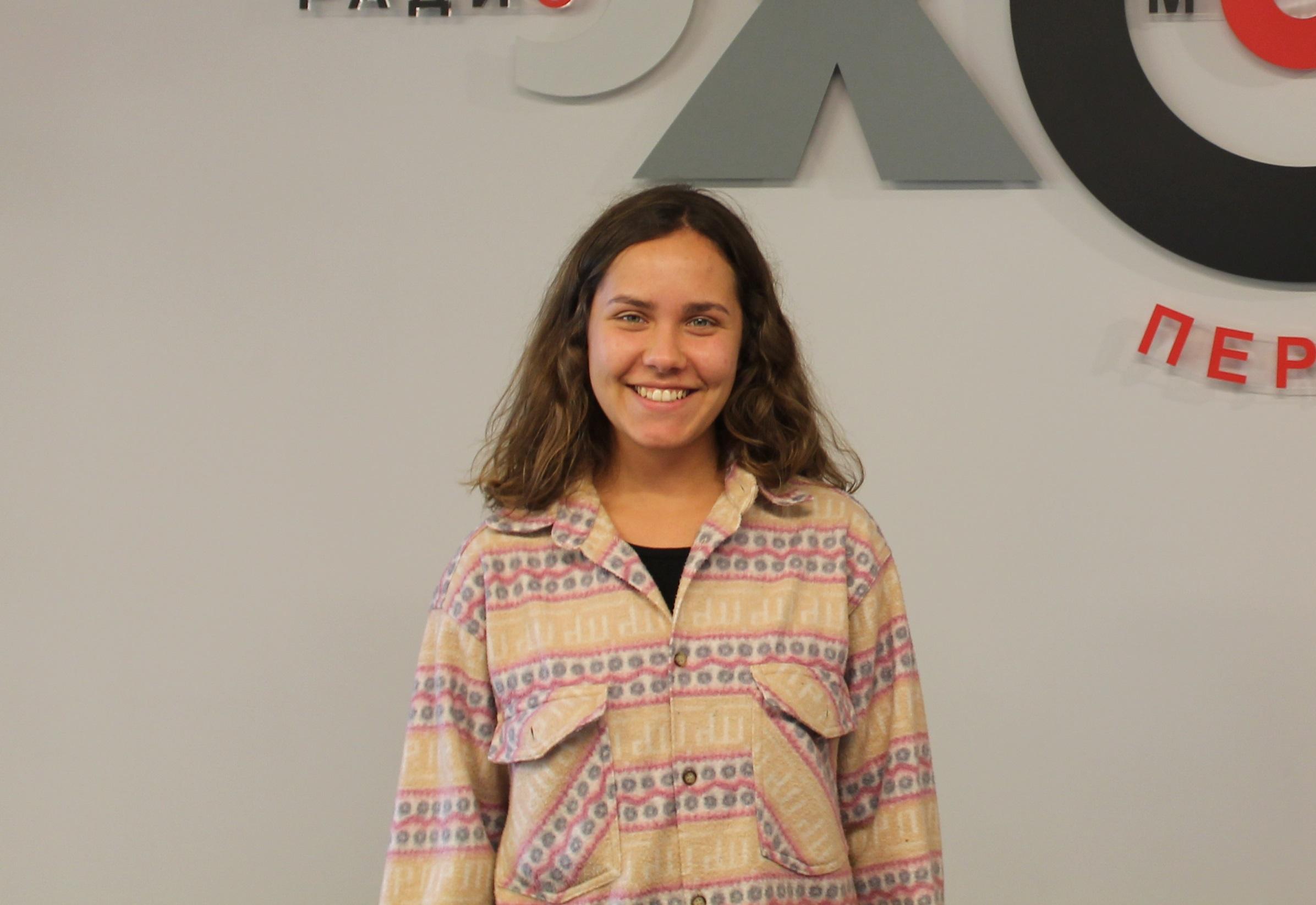 ... в эфире программа «Красный человечек», меня зовут Анна Букатова. В  гостях сегодня Елена Рэмбо, пермская художница. Лена, здравствуй! 8ff7429495f
